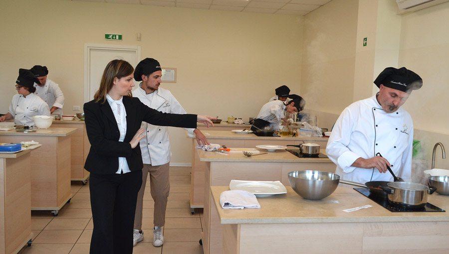 Scuola di cucina si diplomano nuove promesse della - Scuola cucina bologna ...
